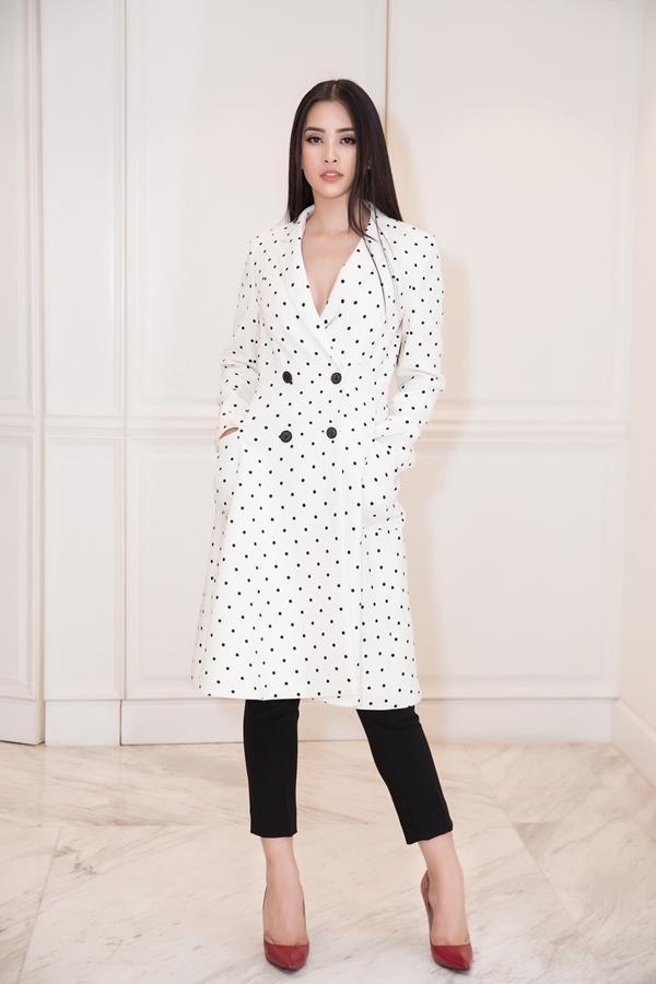 Chiếc áo blazer dáng dài họa tiết chấm bi mang đến vẻ thời trang cho người đẹp 18 tuổi.