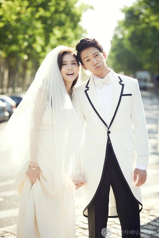 [Ji Sung và Lee Bo Young là một trong những cặp vợ chồng được nhiều người ngưỡng mộ nhất làng giải trí. Sau khi cùng nhau góp mặt trong bộ phim Save The Last Dance For Me, Ji Sung đã cảm nắng nàng Hoa hậu Hàn Quốc và kiên trì theo đuổi cô. Tuy nhiên, Bo Young chỉ coi anh như đồng nghiệp và chia sẻ muốn tìm bạn đời không thuộc làng giải trí. Trước sự từ chối của Lee Bo Young, Ji Sung thẳng thắn trả lời: Nếu vậy thì anh sẽ từ bỏ diễn xuất. Cảm động trước lời nói của Ji Sung, mỹ nhân họ Lee đã đồng ý hẹn hò với anh vào năm 2007. Sau 6 năm bên nhau, cặp đôi quyết định kết hôn vào năm 2013. Hai người đang chuẩn bị chào đón bé thành viên mới sau 3 năm kể từ khi công chúa đầu lòng ra đời.