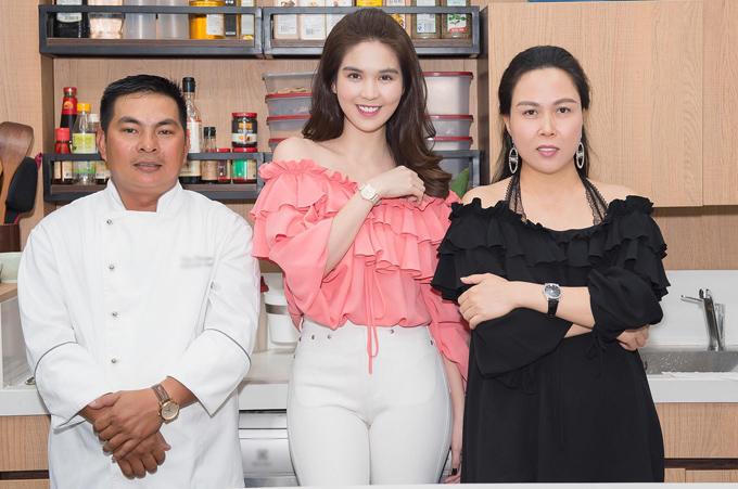 Ngọc Trinh, Phượng Chanel chụp ảnh kỷ niệm cùng đầu bếp của nhà hàng. Hôm 7/11 cả hai đi thử món ăn để đảm bảo khi cơ sở kinh doanh của họ mở cửa sẽ làm hài lòng tất cả thực khách.