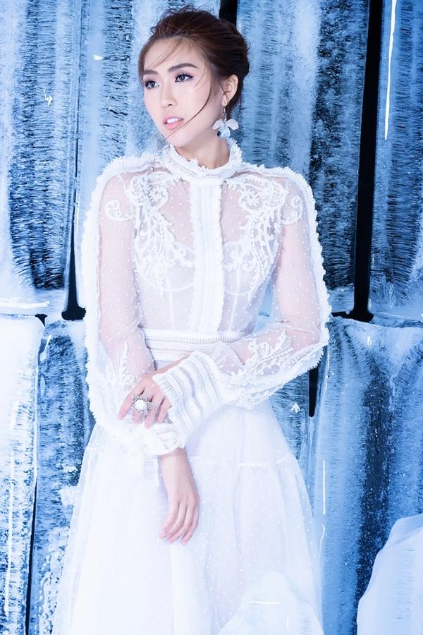 Tường Linh năm nay 23 tuổi, cao 1,7m,số đo83-53-90. Cô là người đẹp hiếm hoi của showbiz sở hữu vòng hai siêu nhỏ, hơn cả Ngọc Trinh (56cm).