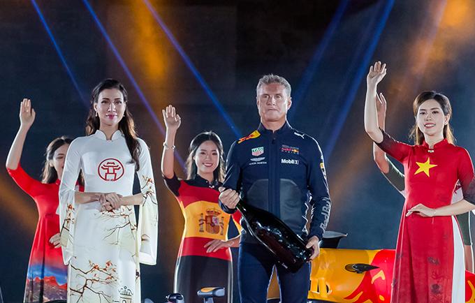 Thùy Dương rất vinh dự khi được trở thành vedette của chương trình và đứng cạnh David Coulthard, cựu tay đua F1 từng 13 lần giành chiến thắng chặng đua Grand Prix.