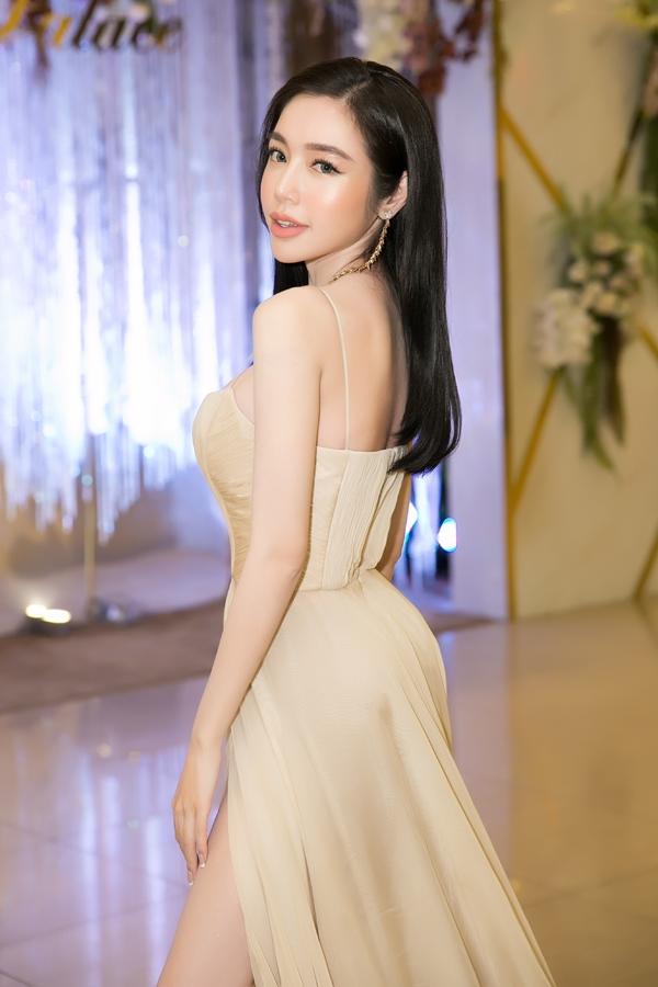Chia sẻ với Ngoisao.net, Elly cho biết khung xương của cô tuy nhỏ nhưng vẫn cân đối, khỏe mạnh. Hiện cô cao 1,68m, nặng 45kg, số đo ba vòng 88-59-92.