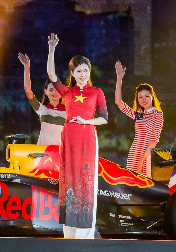 Cô diễn bộ áo dài in hình cờ Việt Namnằm trong bộ sưu tập Quốc kỳ của nhà thiết kế Đỗ Trịnh Hoài Nam. Bộ sưu tập này bao gồm 22 thiết kế áo dài, in hình quốc kỳ của 22 quốc gia sở hữu đường đua F1.
