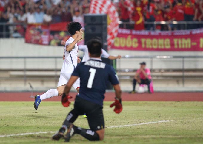 Công Phượng chia vui cùng các đồng đội sau khi bàn đầu tiên cho tuyển Việt Nam tại giải đấu.