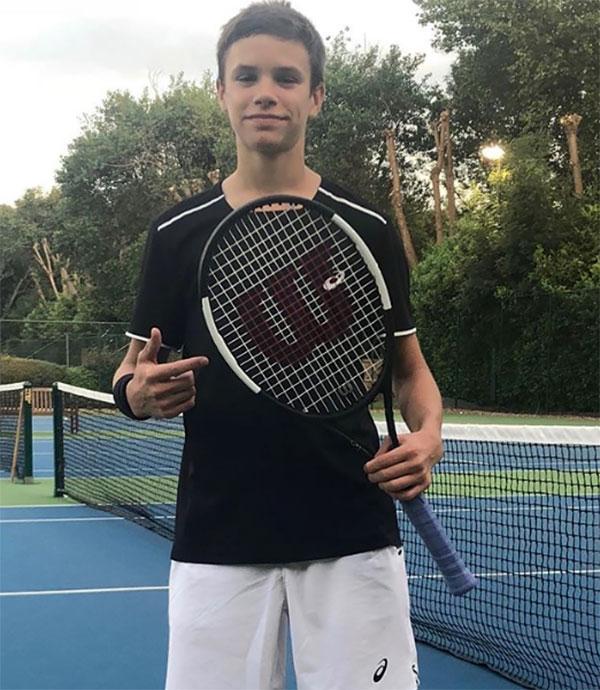Romeo thể hiện khả năng tốt ở môn tennis.