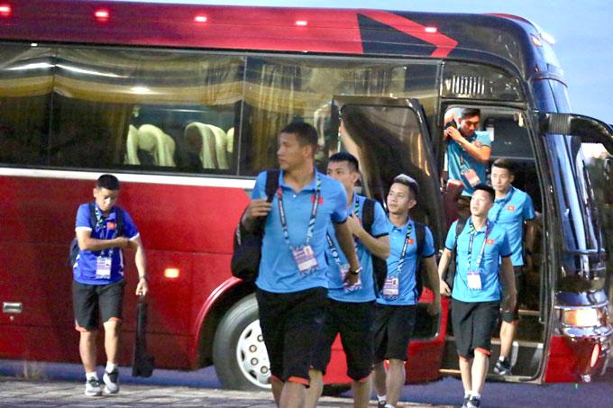 Các tuyển thủ Việt Nam tới sân chuẩn bị trận đấu. Ảnh: Đức Đồng.