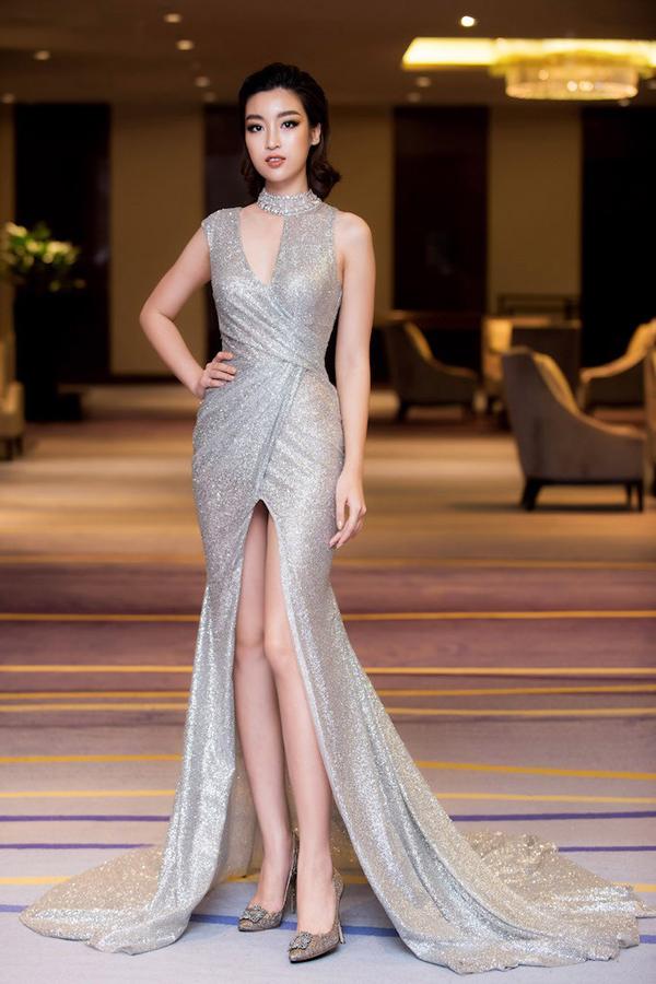 Sau nhiều lần nhận được những ý kiến không mấy tích cực về phong cách thời trang thảm đỏ, Đỗ Mỹ Linh giúp mình quyến rũ hơn trong thiết kế váy ánh bạc của Đỗ Long.