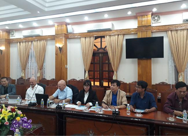 Doanh nhân Hằng Nguyễn (giữa), đại diện dự án cá hồi Đông Namlàm việc cùng với sở ban ngành tỉnh Bình Định.