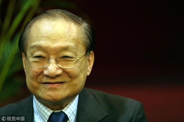 Cố nhà văn, nhà báo Kim Dung. Ảnh: QQ