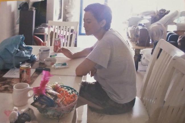 Lam Khiết Anh trong căn hộ của cô, hình ảnh được ghi lại vài năm trước.