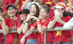 Nhan sắc Việt thắp lửa ngày ra quân AFF Cup 2018