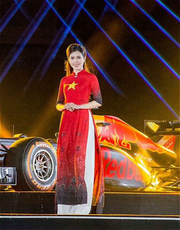 Tối 7/11, người đẹp Thùy Dương - bà xã 9X của diễn viên Minh Tiệp - khiến nhiều khán giả bất ngờ khi trở thành vedette tại sự kiện nghệ thuật công bố giải đua xe công thức 1 (Formula One - F1) đầu tiên ở Hà Nội.