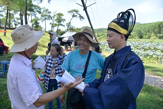 Diễn viên Tùng Dương (phim Người phán xử - bên phải) góp mặt trong phim với một vai phụ.