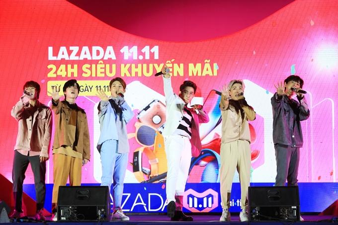 Năm chàng trai của nhóm Uni5 và MC Thiên Bảo .