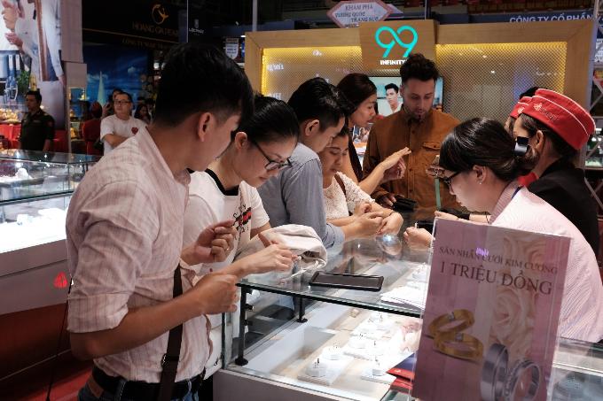 Các cặp đôi có thời gian ướm thử nhiều mẫu nhẫn cưới đa dạng trong lúc đợi công bố chủ nhân giải thưởng hấp dẫn. Họ có thể thoải mái lựa chọn các mẫu nhẫn cưới thời trang và trả trước một triệu đồng, sau đónhận lá phiếu thăm may mắn để bỏ vào thùng.