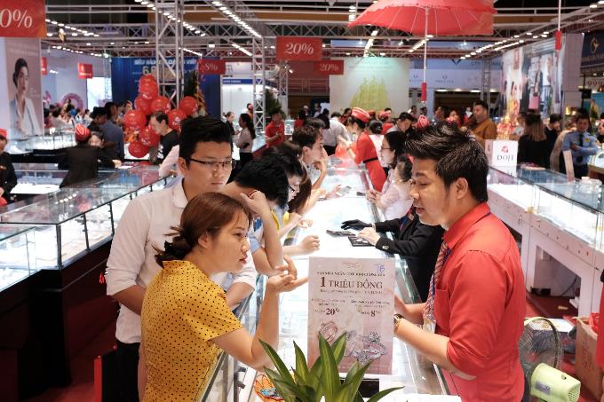 Hội chợ quốc tế Trang sức Việt Nam vừa khai mạc vào ngày 8/11 đã thu hút rất nhiều người tham gia. Trong đó, sản phẩm nhẫn cưới gắn kim cương tự nhiên của DOJI được bán với giá chỉ một triệu đồng nhận sự quan tâm của các cặp đôi.