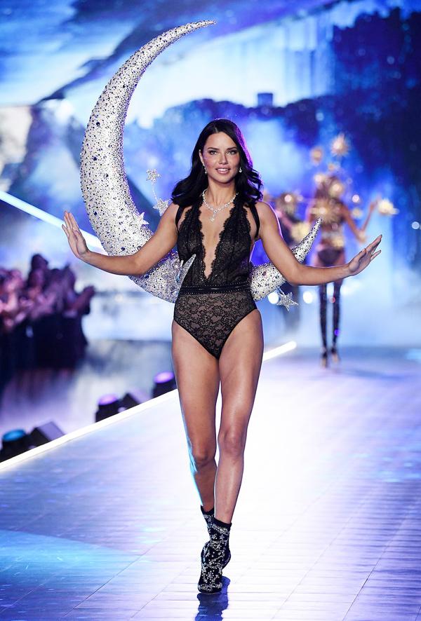 Chị cả Adriana Lima là gương mặt kết show với mẫu nội y ren đen thuộc bộ sưu tập Celestial Angels.