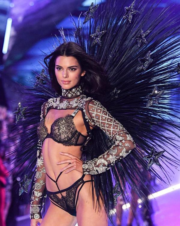 Kendall Jenner tái xuất sàn diễn Victorias Secret Fashion Show sau một năm vắng bóng.