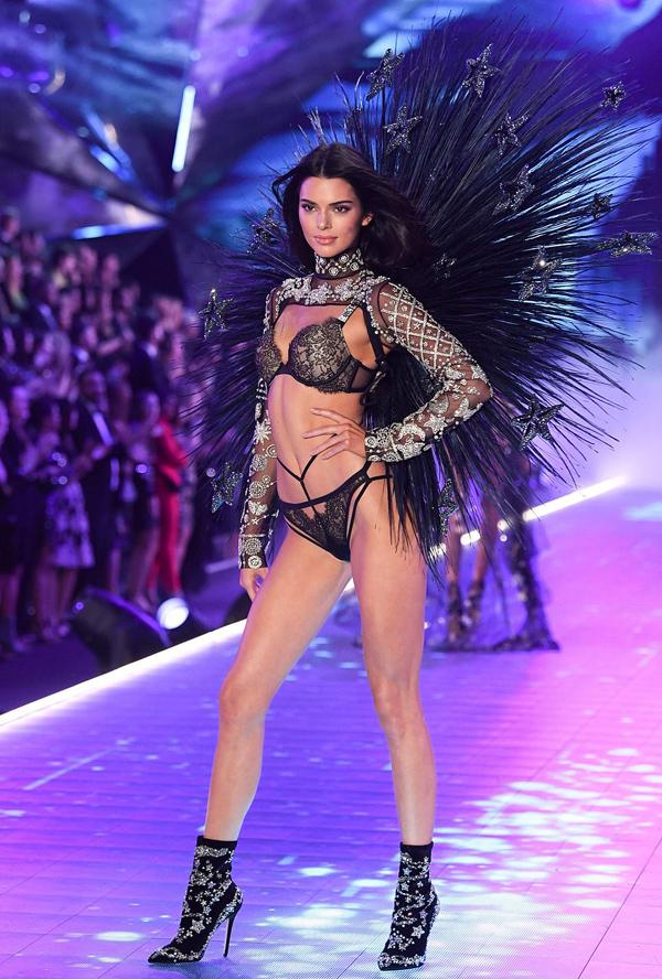 Kendall Jenner tái xuất sàn diễn nội y danh tiếng sau một năm vắng bóng.
