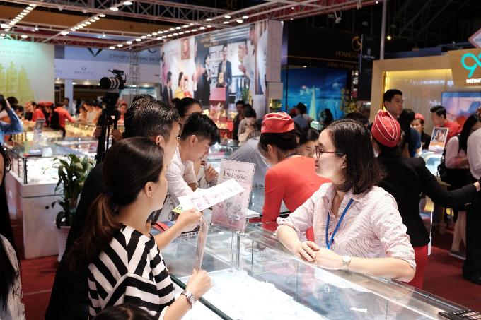 Khu vựcdiễn ra chương trình Săn mua nhẫn cưới kim cương với giá một triệu đồng của DOJI được nhiều người ghé qua.