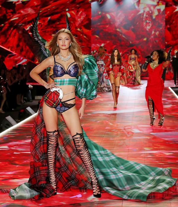Gigi Hadid cũng trở lại đêm thời trang sexy nhất hành tinh sau lần vắng mặt năm ngoái vì trượt visa Trung Quốc.