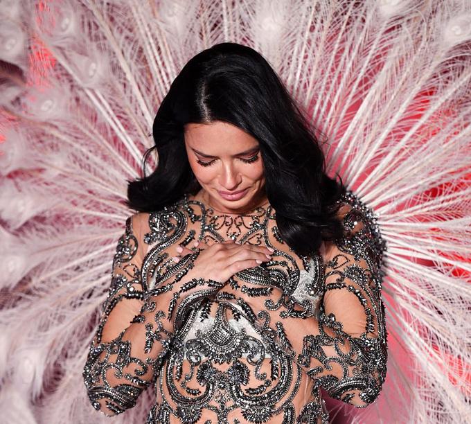 Thiên thần kỳ cựu  thể hiện sự xúc động trên sân khấu bởi đây là lần catwalk thứ 19 ở Victorias Secret và cũng là show cuối cùng cô tham gia.