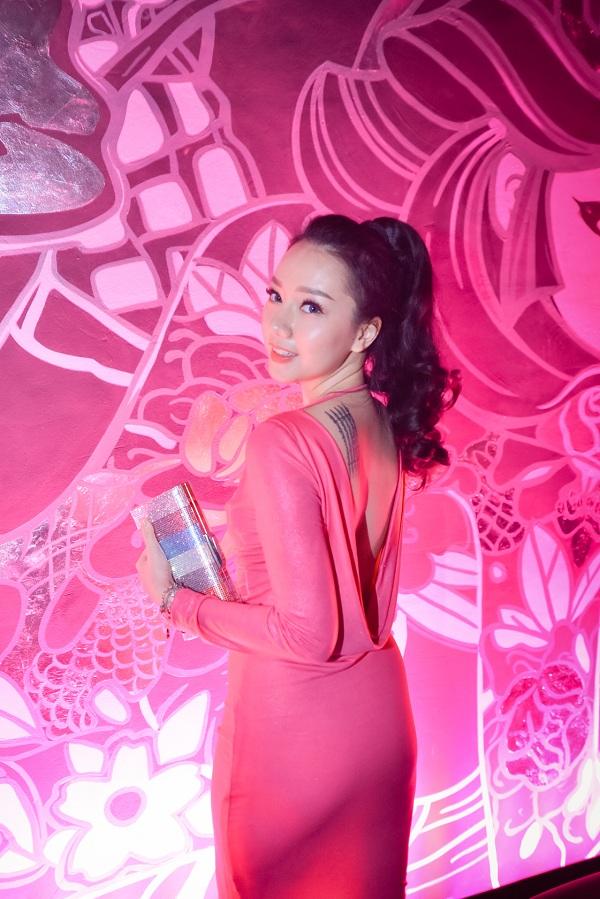 Cô nàng Băng Di - gương mặt ăn khách trên các bộ phim truyền hình - là một tín đồ của Dune London. Trong chiếc đầm hồng nữ tính và ví Brightest, những nét thanh xuân của Băng Di được phô diễn một cách trọn vẹn.