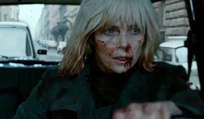 Charlize Theron là một trong những sao nữ thường xuyên gặp tai nạn trường quay. Phim Æon Flux từng khiến đả nữ bị chấn thương cột sống. Còn với Atomic Blonde, nữ diễn viên gốc Nam Phi chịu nhiều thương tích trên mặt và cơ thể, bị nứt răng do cắn hàm quá chặt trong một cảnh quay võ thuật.