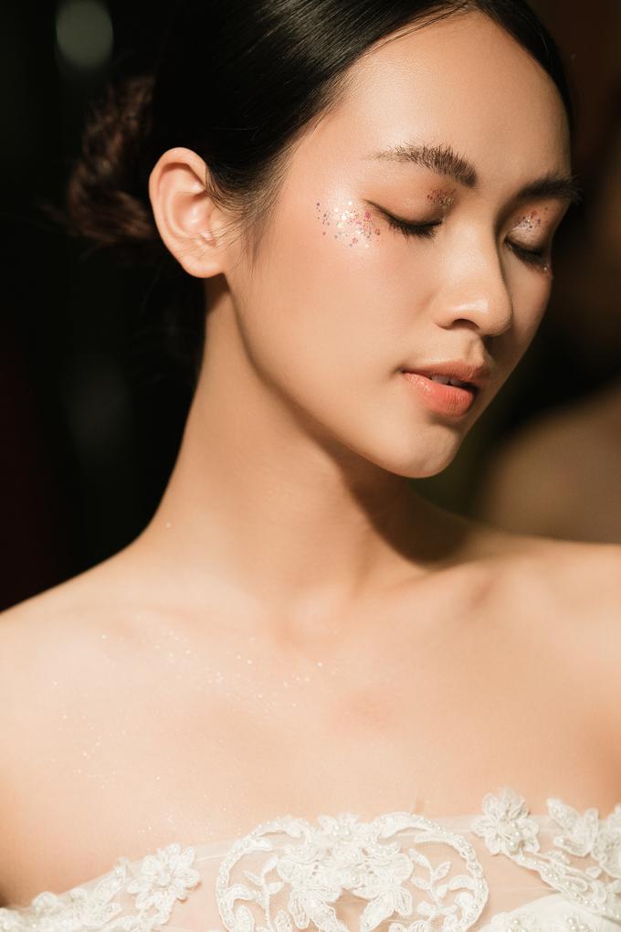 Trang điểm cô dâu nhũ lấp lánh từ sàn diễn thu đông 2018