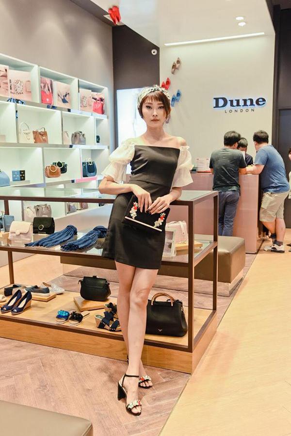 Cô nàng người mẫu Kim Nhung diện chiếc đầm xinh xắn phối cùng giày và túi cầm tay đính đá từ Dune đặc biệt thu hút mọi ánh nhìn.