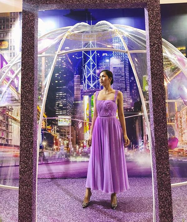 Ngọc nữ vạn người mê của làng điện ảnh Việt Nam  Tăng Thanh Hà rất yêu kiều và đã thể hiện sự khéo léo trong gu thời trang của mình khi lựa chọn đôi giày Dreamie của Dune để set trang phục thêm phần hoàn hảo.