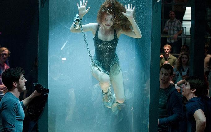 Khi đóng Now You See me, Isla Fisher từng bị mắc kẹt trong một bể nước trong 3 phút do cô gặp khó khăn trong việc mở khóa cùm. Nữ diễn viên kể lại: Không ai biết rằng tôi đang giẫy giụa để cố thoát ra khỏi đó.