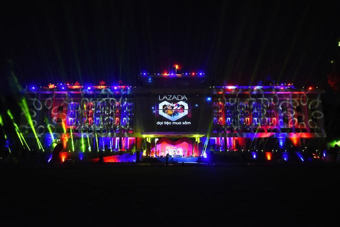Khán giả mãn nhãn với hiệu ứng ánh sáng tại sự kiện.