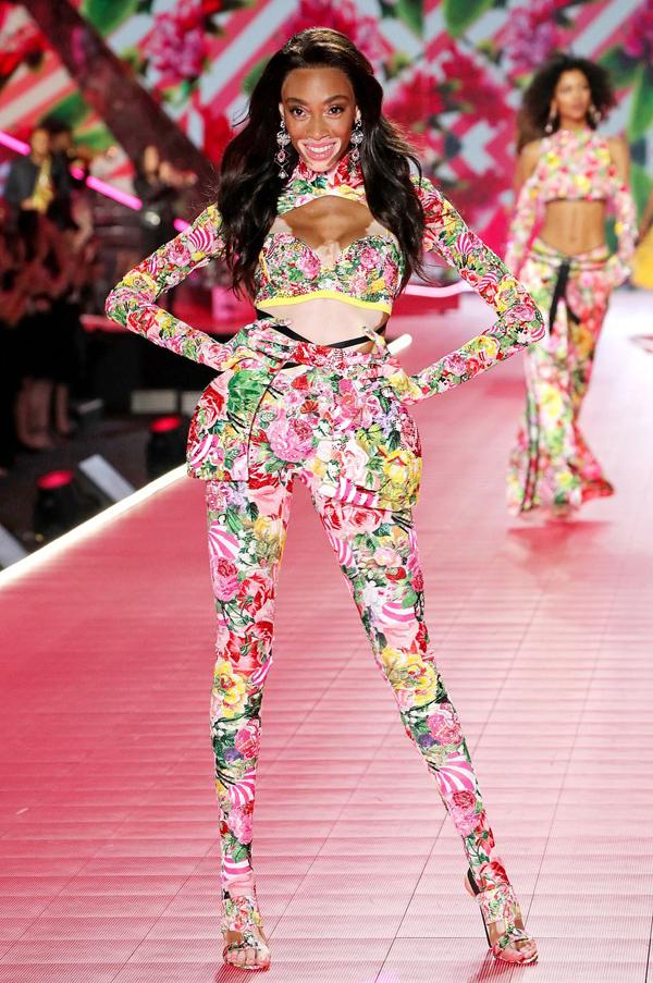 Người mẫu bạch biến Winnie Harlow lần đầu tiên ghi danh vào gia đình Victorias Secret.