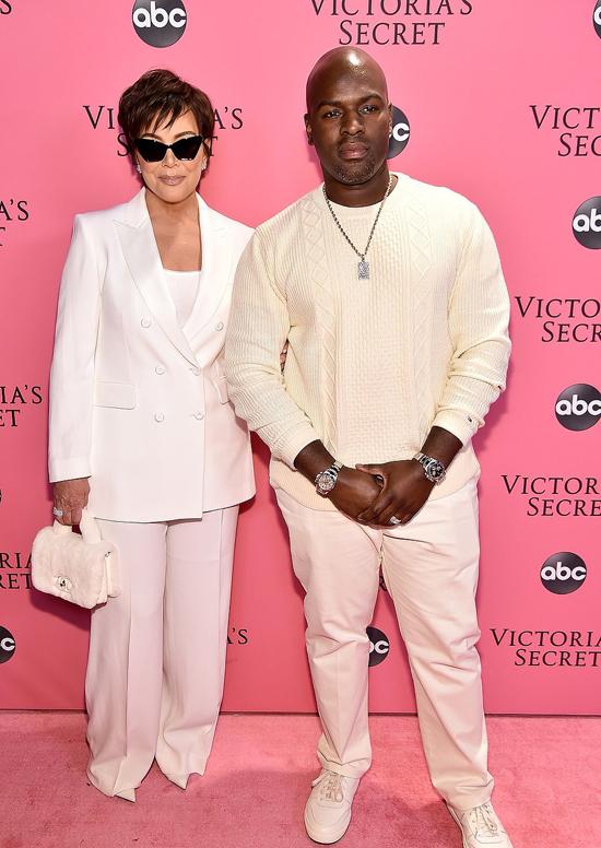 Ngôi sao truyền hình thực tế Kris Jenner và cùng chàng người tình kém 25 tuổi Corey Gamble diện đồ trắng ton sur ton tới xem show Victorias Secret vào tối thứ 5 ở New York (sáng nay theo giờ Hà Nội). Kris Jenner đến cổ vũ cho cô con gái cưng Kendall Jenner.
