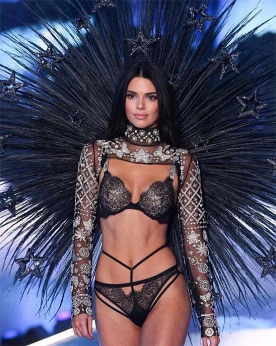 Kendall Jenner không phải là thiên thần nội y của hãng nhưng nhiều năm liên tiếp được mời trình diễn trong show. Bà Kris Jenner đăng bức ảnh gợi cảm trên sàn diễn của Kendall trên Instagram và chia sẻ: Đẹp tuyệt! Tự hào khi xem Kendall catwalk trong show Victorias Secret 2018 vào hôm nay! Tất cả các thiên thần đều quá đẹp!.