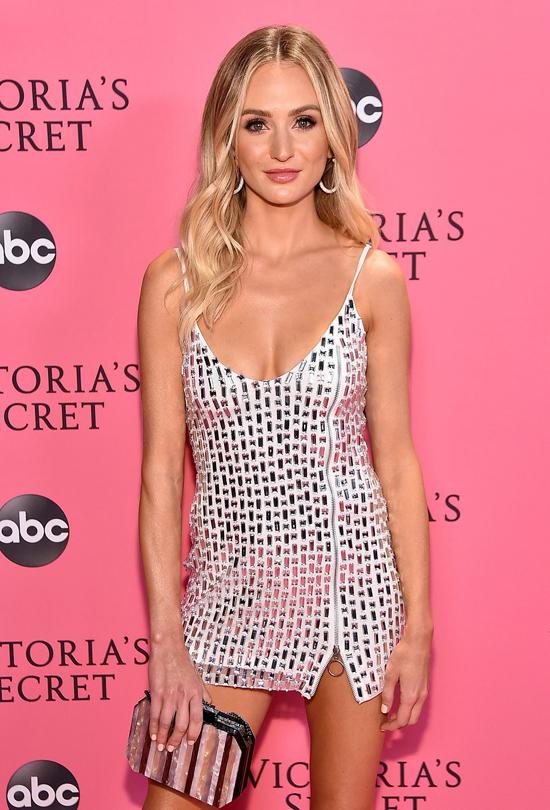 Nhiều ngôi sao tới xem đêm diễn nội y nóng bỏng như người đẹp show Bachelor Lauren Bushnell.