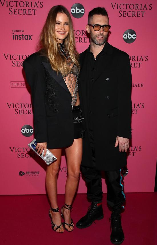 Adam Levine và Behati chụp ảnh trước khi show diễn bắt đầu.
