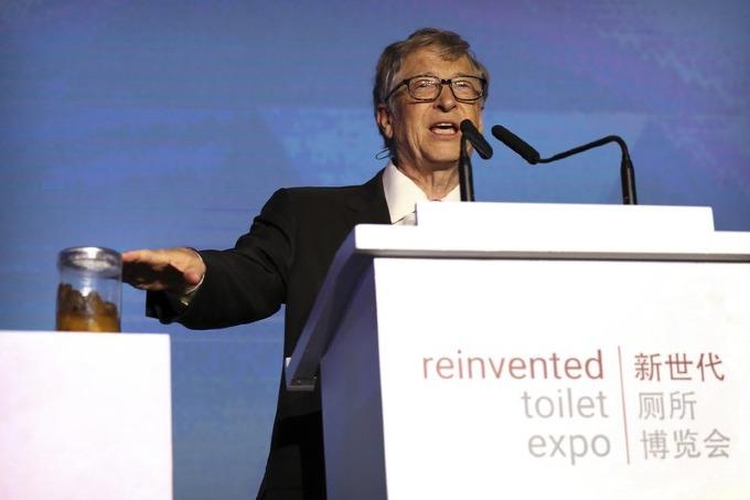 Bill Gates mang đến triển lãm bồn cầuở Bắc Kinh một lọ chất thải người. Ảnh: AP.