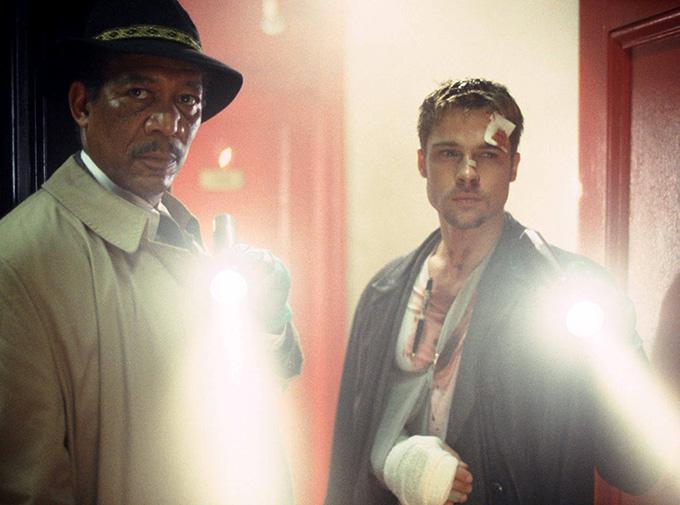 [Khi thực hiện một cảnh quay của phim tội ác  kỳ bí Seven, Brad Pitt không may bị ngã, đập cánh tay vào cửa kính xe hơi, buộc anh phải gắn bó với phần bó bột trong một thời gian. Đạo diễn David Fincher quyết định chỉnh sửa kịch bản để hợp thức hóa hình ảnh này của tài tử khi lên phim.