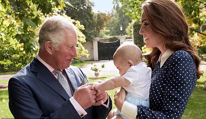 Hoàng tử Louis lần đầu xuất hiện cạnh ông nội Charles