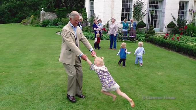 Hoàng tử Louis lần đầu xuất hiện cạnh ông nội Charles - 1