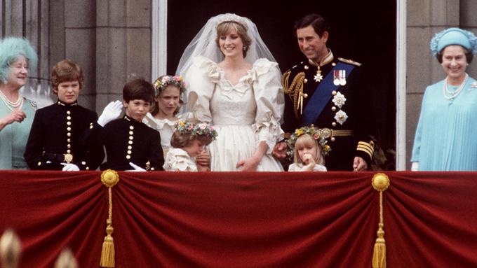 Thái tử Charles và Diana trên ban công Điện Buckingham trong ngày cưới 29/7/1981. Ảnh: UK Press.