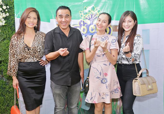 Diễn viên Hạnh Thúy (váy hoa) tạo dáng bắn tim chụp ảnh cùng Thanh Trúc, Quyền Linh và Hồ Lệ Thu.