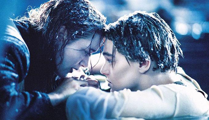 Kate Winslet kể với tờ People, cô từng bị chìm dưới nước trong một thời gian ngắn khi đóng phim Titanic. Tôi thực sự khó thở. Sau sự cố đó, đạo diễn James Cameron yêu cầu tôi cố gắng thực hiện cảnh quay một lần nữa.