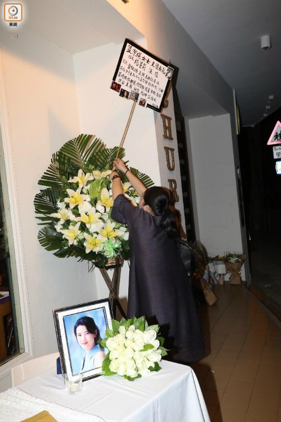 Bạn thân Lam Khiết Anh là Dương Mạn Lợi đến lo tang lễ cho cô.