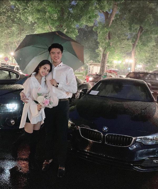 Vợ chồng nữ ca sĩ bên chiếc ô tô