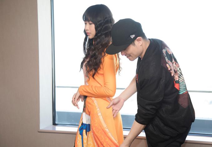 Nhà thiết kế Nhật Dũng chăm chút, giúp Hoa hậu Hoàn vũ nhí 2018 thử trang phục trước show diễn.
