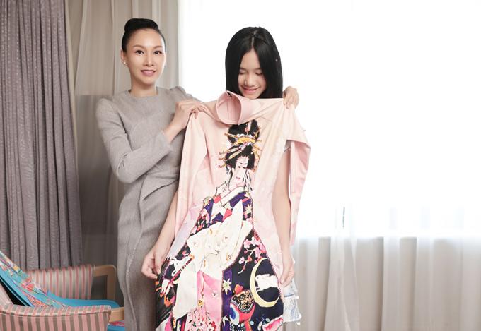 Paris Vũ sẽ giữ vai trò vedette màn trình diễn sưu tập áo dài, cùng với sao nhí Ngọc Lan Vy. Con gái cô cũng sang Nhật cổ vũ mẹ diễn calk.
