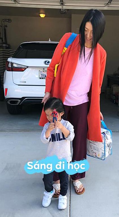 Bà mẹ nổi tiếng ăn mặc giản dị và không trang điểm khi đưa bé đi học vào buổi sáng.